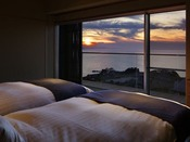 【白韻】ごろり寝ころび海眺めるそれだけがとても心を満たす。ありのまま(白)の風景美と日々うつろう自然の趣き(韻)を楽しむ新客室