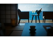 【10畳客室】高台の本館2階に立地する客室には真っ青な日本海が広がる