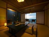 【10畳客室】夕暮れ時には客室から日本海に暮れゆく夕日の情景をお楽しみください