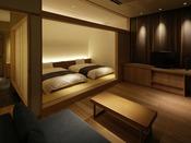 【さゞ波】リビングルームの床材は凹凸のある独特の風合い。旅館らしく裸足で過ごすのが心地よい