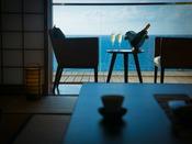 【10畳客室】高台の本館に立地する客室には真っ青な日本海が広がる