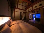 離れ客室 海鈴ベッドルームやさしい朝日を浴びて心地よい目覚め、足元には朝日に輝く水平線