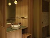 【さゞ波】「洗面台が暗い」「トイレが狭い」以前頂いていたご要望に応え、改装後の客室は明るく広いしつらえに