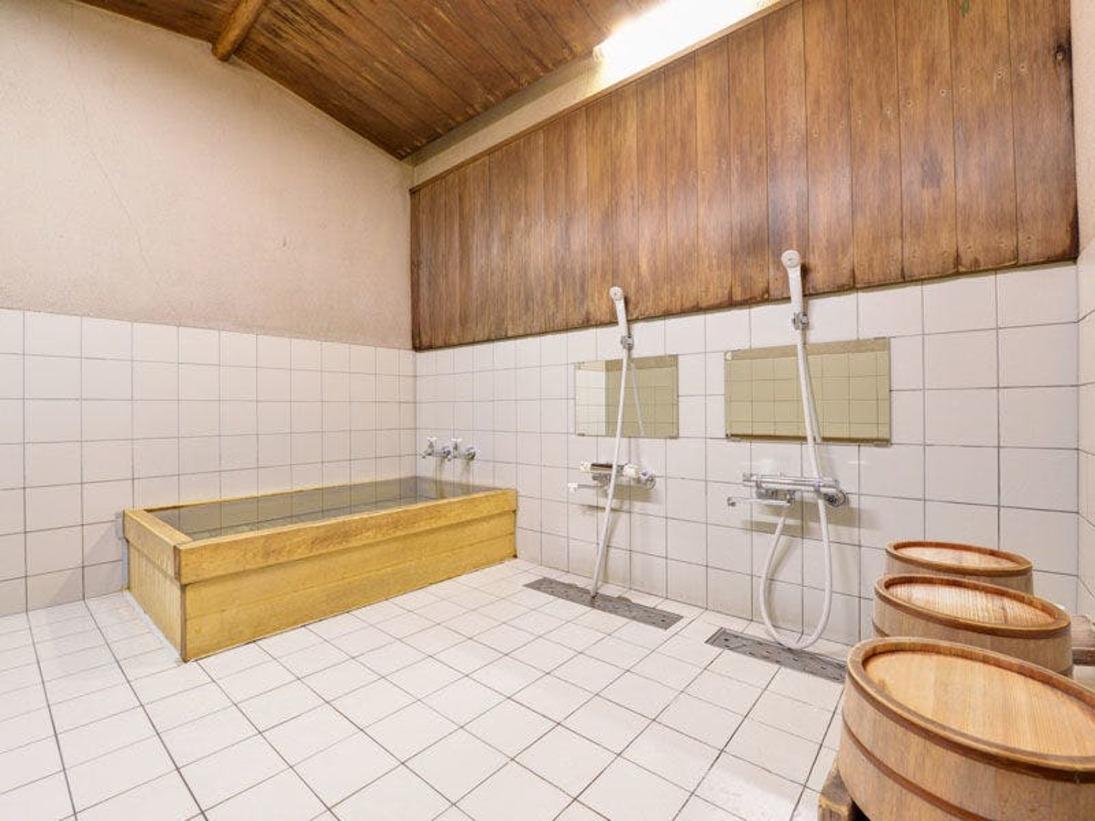 *ひのきの優しい香りが漂う貸切家族風呂。無料でご利用いただけます。