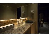 <湯上り処>女性に優しい清潔感あるデザインと優しいトーンの照明、そこに居座りたくなる空間