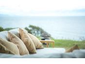ゆったりとソファと優しい潮風に身をゆだねてみては