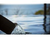 海に浸かるように温泉を楽しむ