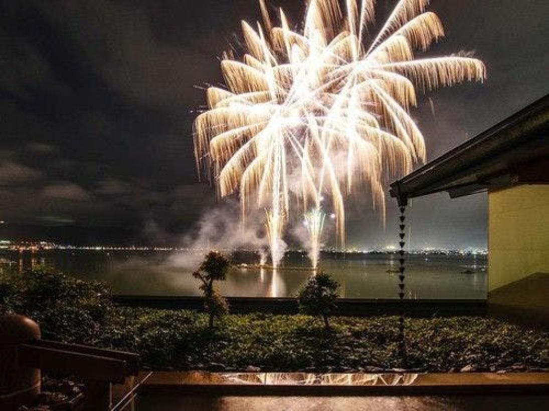 夏の諏訪湖【花火】■6階大浴場「峰望の湯」露天風呂より