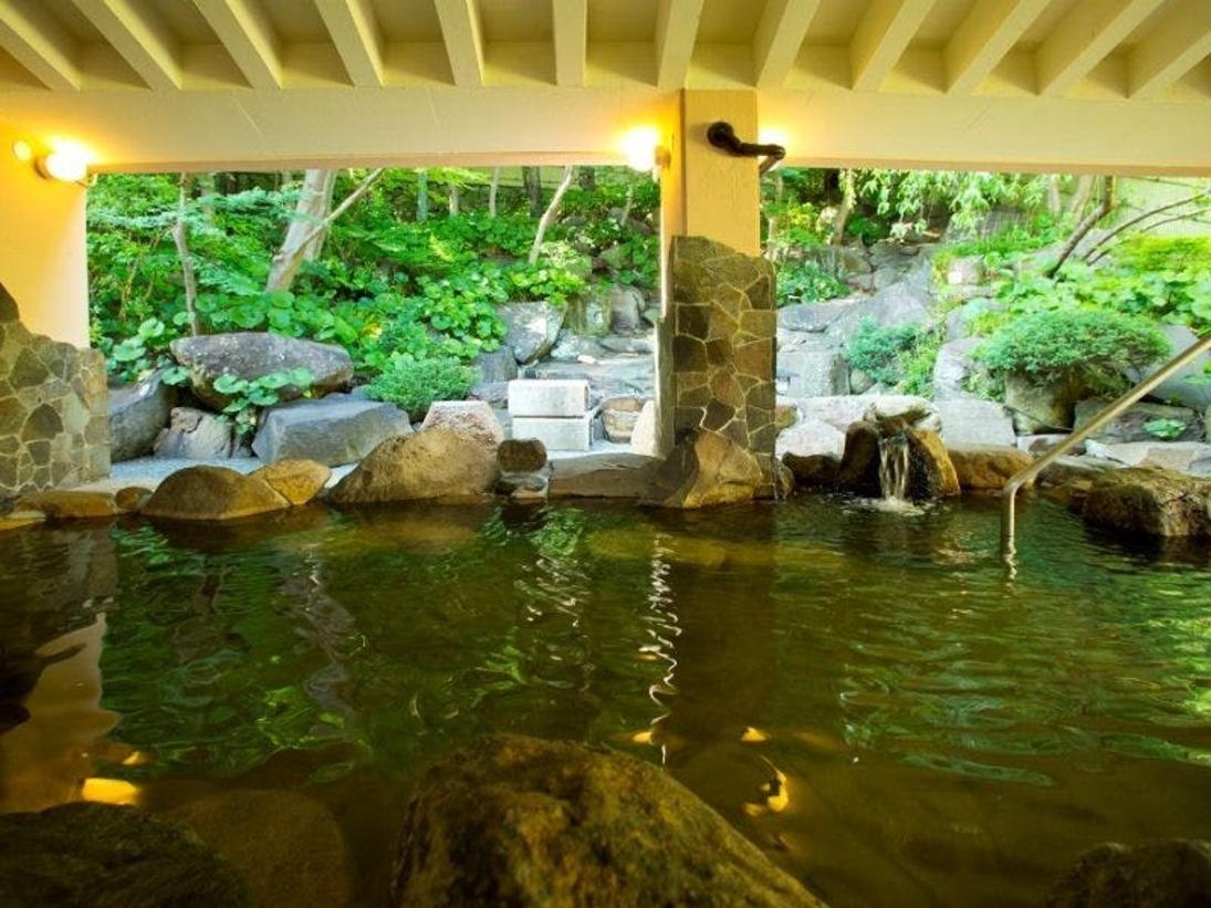 【露天風呂】露天の岩風呂も十分な広さ♪