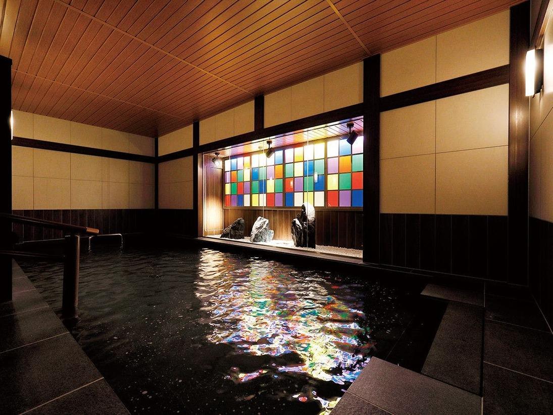 【男性浴場】尾山神社のステンドグラスをモチーフにした坪庭と落ち着きのある色合いが特徴