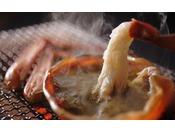 お望みはこの食べ方ではないですか?熱々の蟹みそに浸して頬張る。思わず微笑む至福のひととき