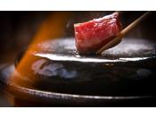 じゅわーっと滴る肉汁に心躍らせ焼き上がりを待つ。港町と言えどやはり人気の牛