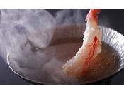 炭平特製出汁にさっと身を浸し、食べてみてください。なんとも言えない美味です