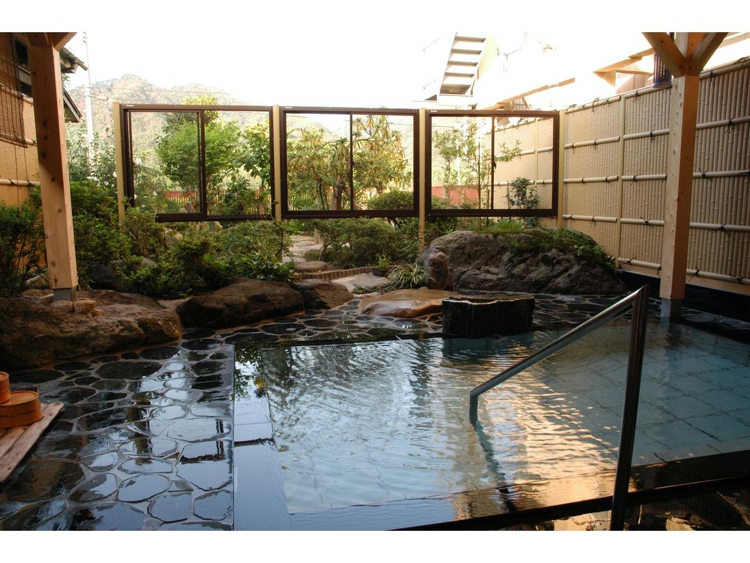 男女時間交替制・温泉かけ流しの庭園露天風呂です。四季それぞれの風情をお楽しみください。