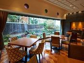 朝食:和洋ブッフェ 1階「グランカフェ」。大きな窓からは、朝のやわらかな光が降り注ぎ、1969年の開業以来半世紀近い歴史の中で、絶える事無く流れ続ける全長70mにも及ぶ滝の流れをご覧いただけます。