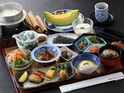 朝食:和朝食膳 地下1階「松風」。「はかた和朝食膳」に釜炊きの白ご飯、糸島野菜サラダ、メロンが付いた「特選和朝食膳」。朝食付プランにプラス500円でご用意いたします。(差額は現地にてお支払ください。)※ご飯は釜炊きの為、お時間を約20分頂戴致します。