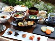 朝食:和洋ブッフェ 1階「グランカフェ」。ブッフェの和食は、同じ天神地区にある創業160年を超える上久醤油のお味噌汁、明太子、炭火焼かしわめし、博多うどん等お愉しみいただけます。