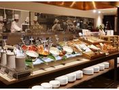 朝食:和洋ブッフェ 1階「グランカフェ」。国産野菜のサラダコーナーにフレッシュフルーツコーナー。ホテルメイドのブレッドコーナー。お好きなメニューを存分にお愉しみください。