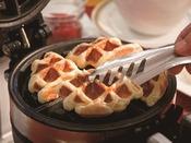 朝食:和洋ブッフェ 1階「グランカフェ」。焼き立てのサクサククロワッサン生地のワッフル。ホイップクリームやジャムを添えてお召上がりください。