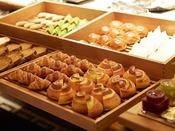 朝食:和洋ブッフェ 1階「グランカフェ」。ホテルメイドの焼きたてクロワッサンをはじめブレッドやシフォンなどをご用意。