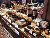 朝食:和洋ブッフェ 1階「グランカフェ」。洋食も和食も食べたいお客様にはブッフェをおすすめ。どちらも、存分にお愉しみいただけます。