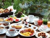 朝食:和洋ブッフェ 1階「グランカフェ」。オーダーを受けてから作る焼き立てオムレツやフライドエッグ。国産野菜のサラダコーナーやフレッシュなフルーツもご用意。ブッフェスタイルで存分にお召し上がりください。