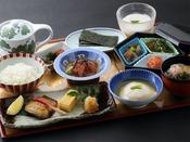 朝食:和朝食膳 地下1階「松風」。九州の食材にこだわった「はかた和朝食膳」。博多名物のおきうとや、がめ煮、旬の焼き魚や明太子など、丁寧に仕上げた逸品をご堪能いただけます。鯛は出汁をかけて鯛茶をしてお召上がりください。