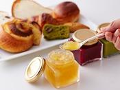 朝食:和洋ブッフェ 1階「グランカフェ」。ホテルオリジナルのコンフィチュール。季節により種類が異なります。パンやヨーグルトとご一緒にどうぞ。