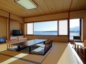【和室12畳 海側眺望 禁煙】海側に面した和室です。テラスからは、世界遺産「宮島」と瀬戸内海を望みます。