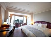 ホテルでのんびりと横浜の時間を楽しむための室内配置にこだわり、照明やアートにはオリジナル和紙の装飾を使用した寛ぎの空間。 迫力あるマリンタワーを正面に臨む、ベイブリッジも見える贅沢なお部屋です。(画像は「タワーサイドタブル」イメージ)