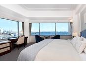 ホテルでのんびりと横浜の時間を楽しむための室内配置にこだわり、照明やアートにはオリジナル和紙の装飾を使用した寛ぎの空間。夜景と海の贅沢な景色を楽しむことができる。1フロアに2部屋しかない角部屋のベイビューダブル(イメージ)