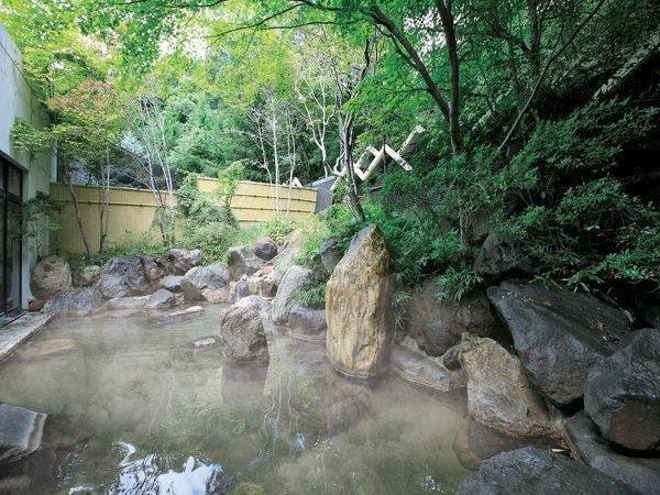 森に囲まれた温泉露天風呂