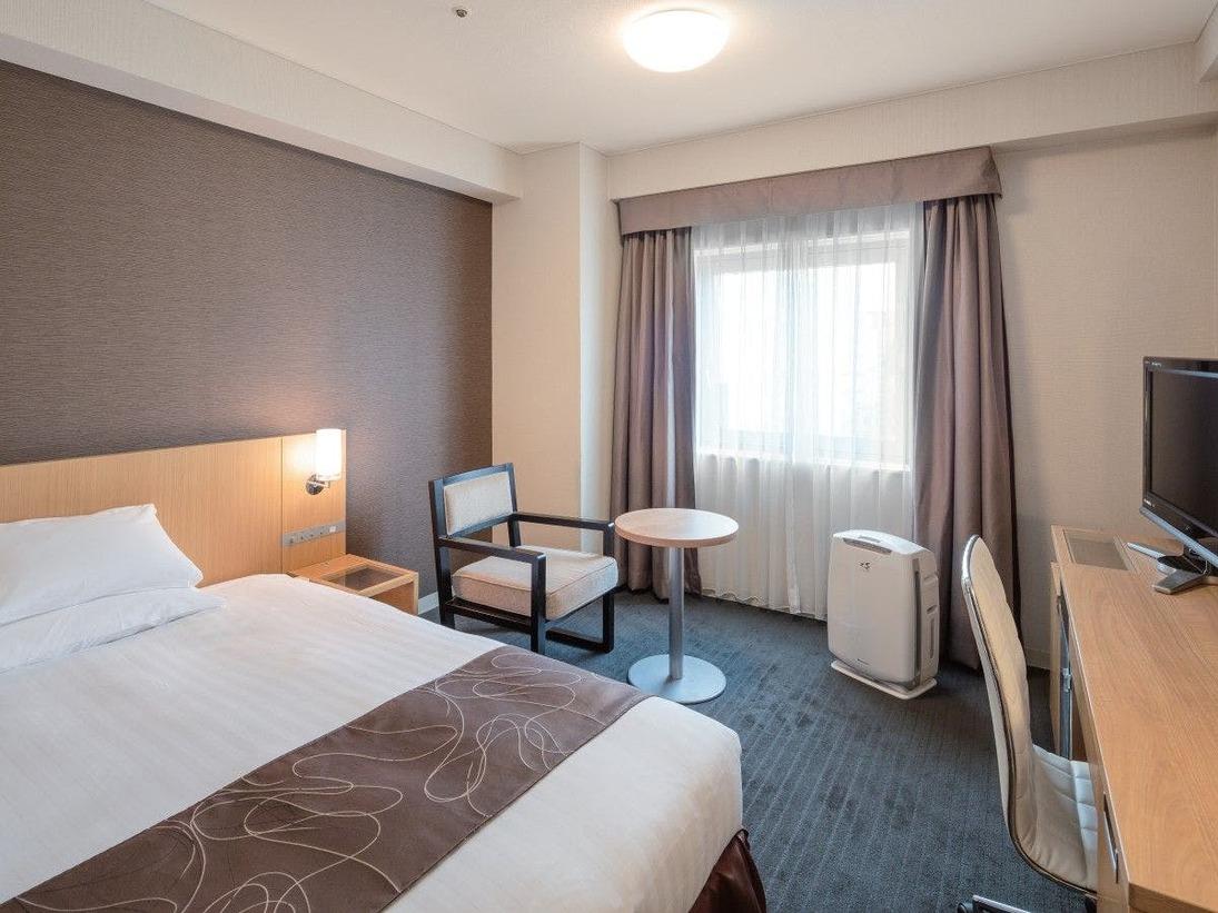 ■機能性を重視したスタイリッシュな快適な空間を提供。ベッド幅140cmのセミダブルベッドを使用しているのでゆったりと上質な寝具で安らぎの時間をお過ごしくださいませ。※客室仕様はお部屋により異なります。