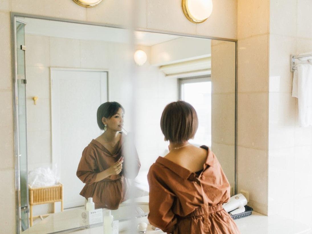 ■博多の文化「博多織」を内装デザインに取り入れ博多らしさを演出。客室の広さは38平米と広い居住性を備えた客室。バスルーム/トイレはセパレート型のワンランク上の上質な空間をお楽しみください。22