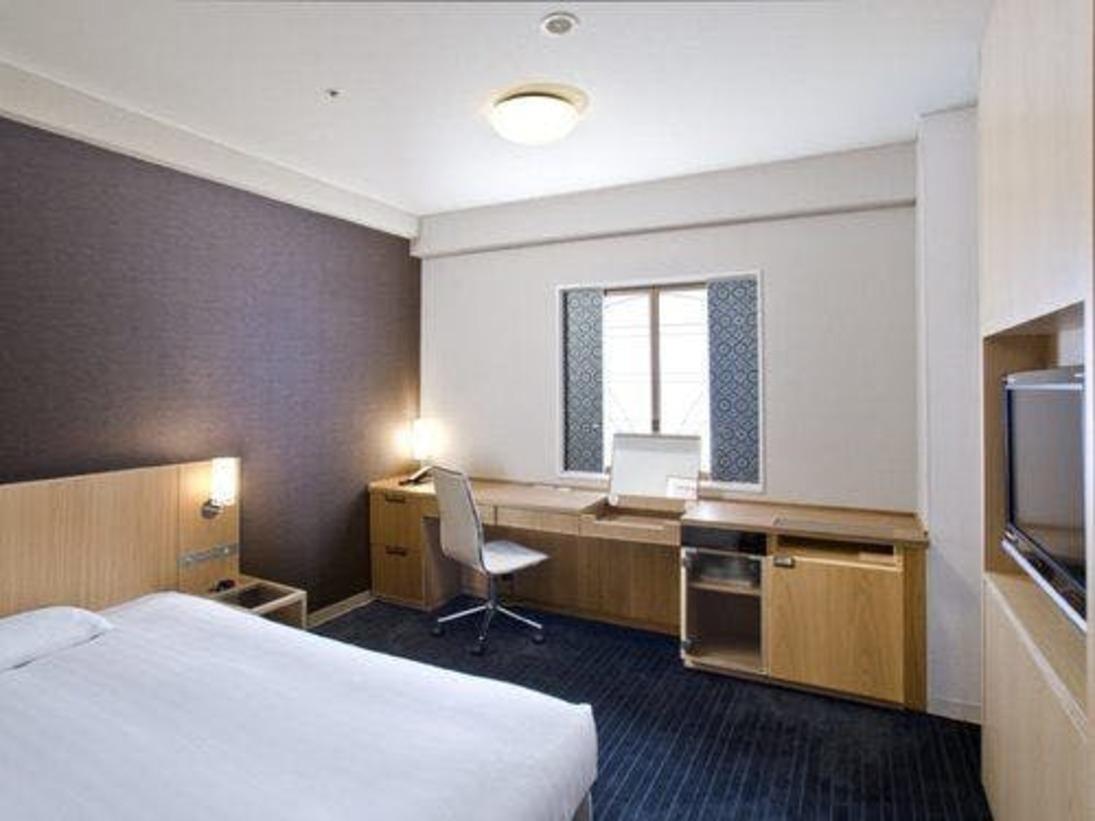 NEW【シングルルーム】18.3~20平米木目調を基調とした温かいお部屋。窓の障子には博多織り柄を使用。<ベッド幅140x195cm>