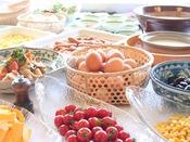 朝は和食も洋食も、フルーツもドリンクも様々バランスよく、でも基本たっぷり食べていただきたいです。
