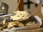 地元の食材(エビはありません)を天ぷらにして毎晩ご用意しています。これをわさび味の塩でいただくのが最高においしい(^^♪