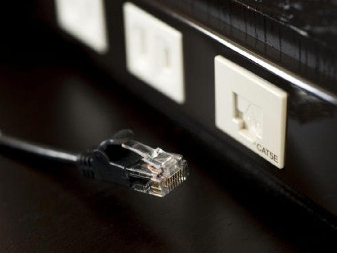 高速インターネット接続無料。LANケーブルはお部屋にご用意