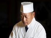 手の込んだ繊細な日本料理を創作する和食料理長・及川貴史
