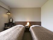 お部屋の定員は1名様ないし2名様が標準ですが、ソファーベッドを使用し、最大3名様までとなります。