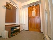 入口の木製ドア横にハンガーラック、浴衣タオル類をご用意しております