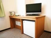 テレビや冷蔵庫、ポット茶器。またその下側にお客様もご利用いただけるコンセントがあります