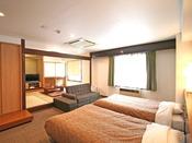 ホテル6階の和洋室(東の森側)のお部屋。2名様までがベッド、和室にもう2名様、ソファーベッドで1名様の最大5名様まで一室でご案内ができます(禁煙客室です)WIFI利用可