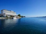 海の目の前の最高のロケーションの安芸グランドホテル。お部屋から波の音と潮風を感じることができます