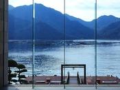 ガラスの向こうに映る宮島と瀬戸内海の景色。