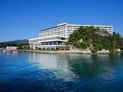 世界遺産宮島を一望する、一面の青が美しい最高のロケーション。安芸グランドホテルを是非ご利用ください。