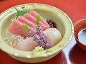 *お夕食一例/料理長が厳選する、新鮮な魚介類のお造り。