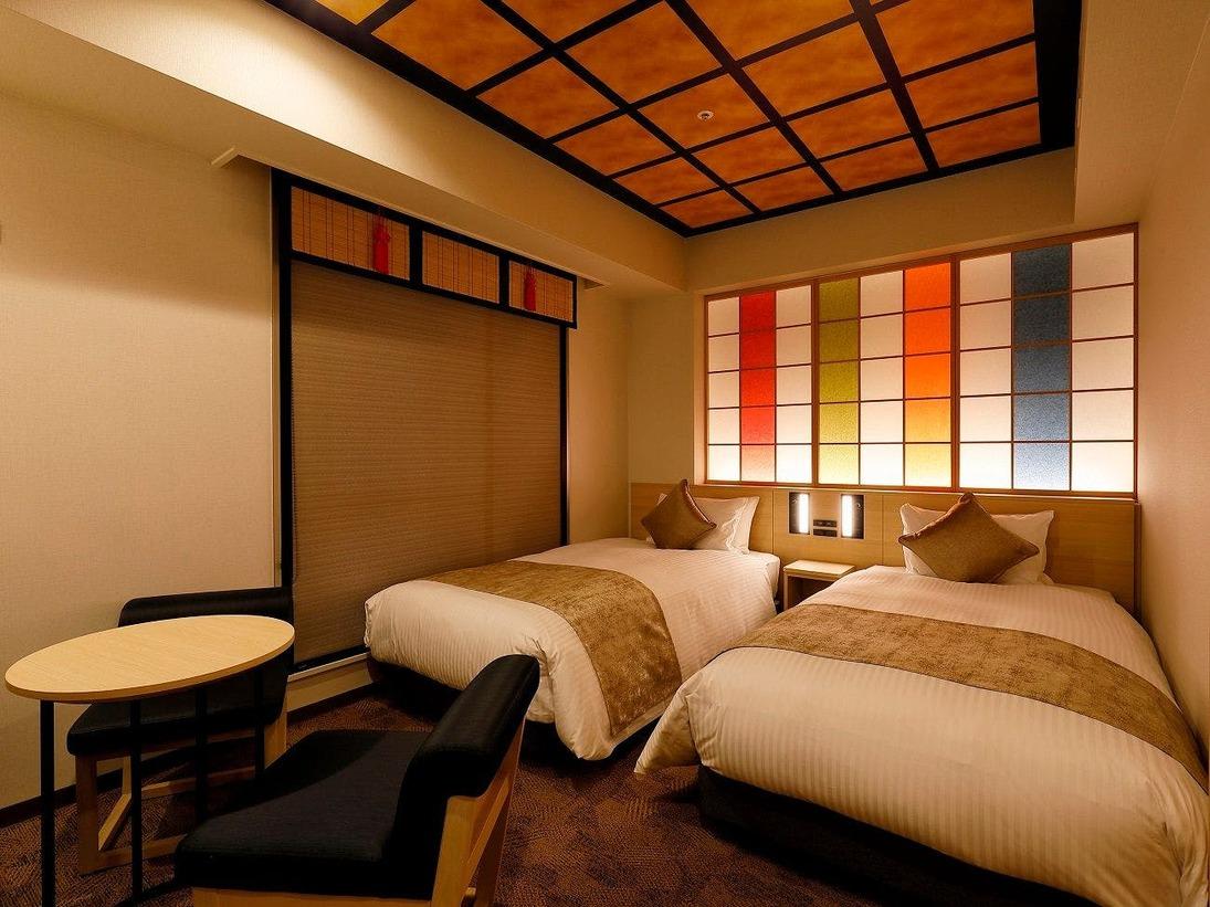 金沢らしさを随所に盛り込んだホテルおすすめのツインルーム※バスルーム3点分離式客室備品:4K対応テレビ・コーヒーマシン・加湿空気清浄機・今治タオル・マイナスイオンドライヤー・衣類スチーマーほか