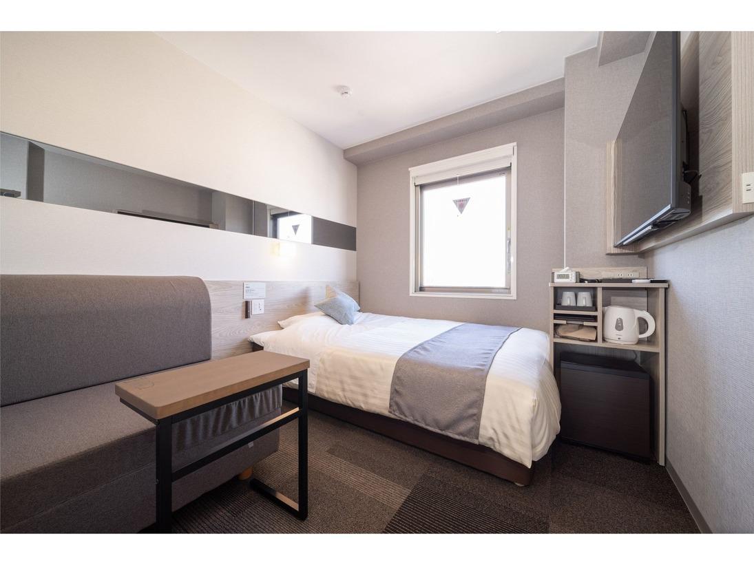 スーパーホテルPremierのソファールーム。130cm幅のダブルベッドに90cm幅のソファーがついたお部屋です。リラックス時はソファーとして、就寝時にはベッドとしてご使用頂けます。