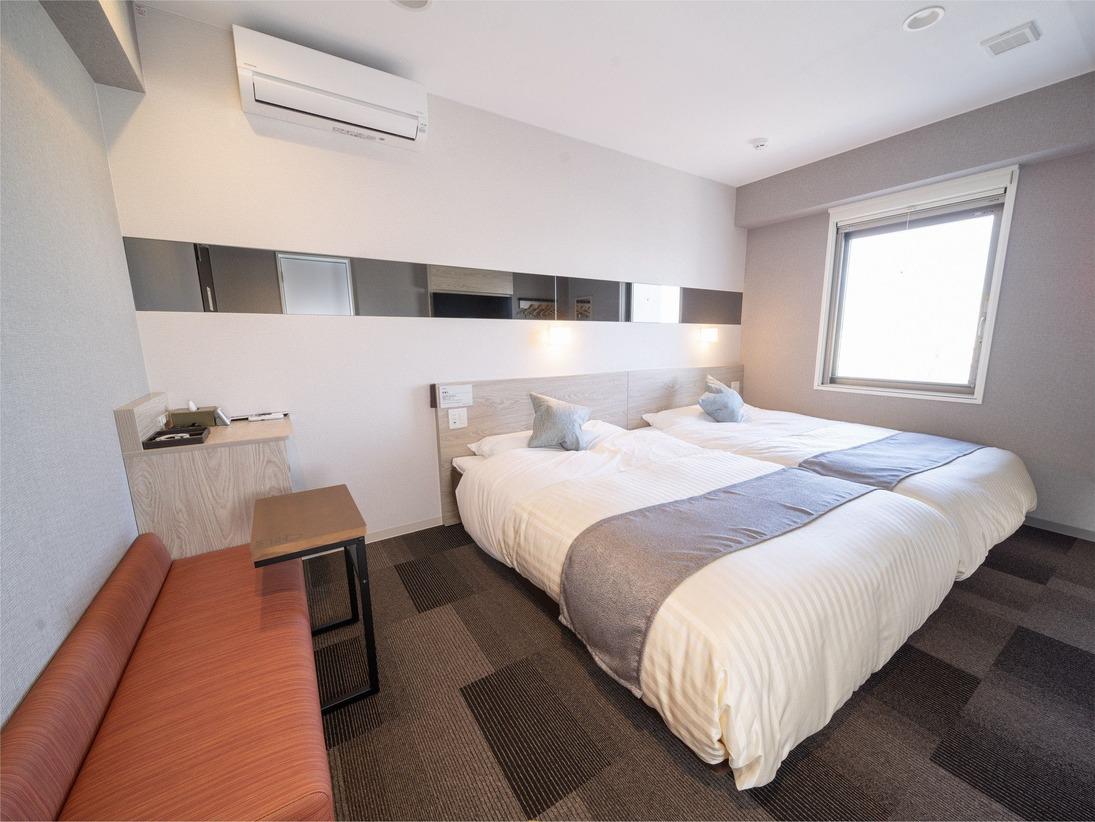 スーパーホテルPremierのツインルームです。ベッド2台でゆったりお休み頂けます。